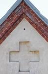 Risti kirkon pääoven yläpuolella.