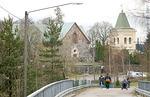 Kirkko pohjoisesta Överbyntien kävelysillalta kuvattuna.