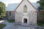 Kirkon länsipääty ja pääovi tapulista nähtynä.