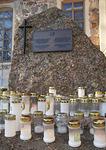 Kirkon itäpäädyssä on muualle haudattujen muistokivi. Tänne voi tuoda kynttilän, kun haluaa muistaa kauas haudattuja sukulaisia.