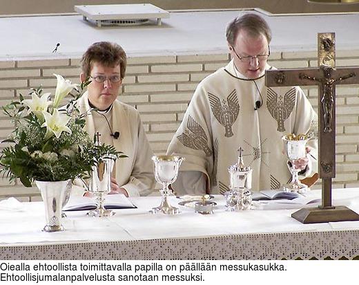 Oiealla ehtoollista toimittavalla papilla on päällään messukasukka. Ehtoollisjumalanpalvelusta sanotaan messuksi.