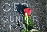 Kukat haudalla kertovat ikävästä ja kunnioituksesta.