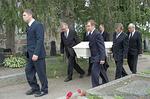 Hautajaisissa vahtimestari johtaa kulkueen haudalle.