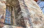 Kirkon harmaakiviseinät ovat todella paksut. Kuorin ikkuna.