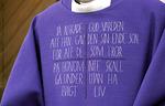 Violetin messukasukan etupuolella teksti on ruotsiksi.